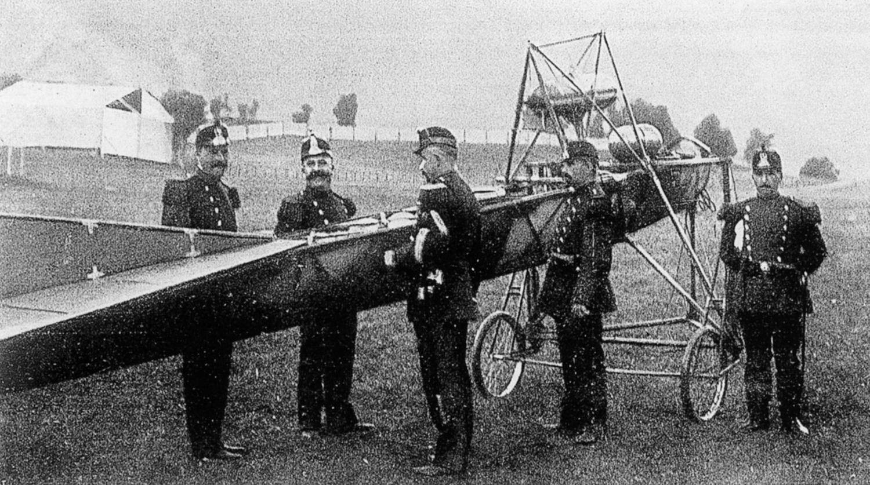 Die Landjäger gingen den Journalisten auf den Leim. Wunschgemäss gruppierten sie sich um eine nicht flugbereite Maschine. Der Fotograf drückte auf den  Auslöser und hatte  das sensationelle Bild der ersten Flugplatzbesetzung im Kasten.