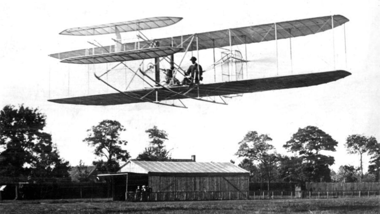 Wilbur Wright bei einem Flug auf dem Truppenübungsplatz Anvours bei Paris im Jahr 1908