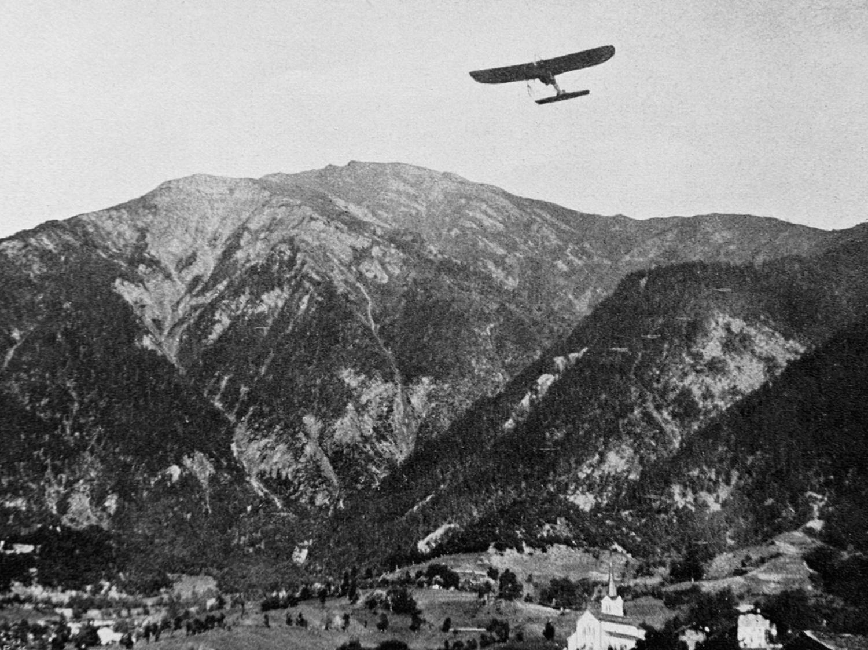 Hoch über dem Brigerberg und dem ersten Aeroport in den Alpen kreist Chavez  in seiner «Blériot».