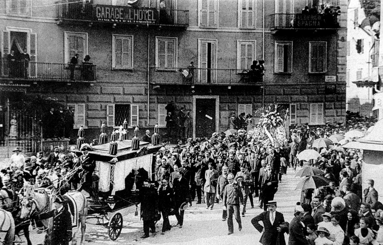 Am Donnerstag,  29. September 1910,  geleitet Domodossola seinen toten Helden  vom Spital S. Biagio  zum Bahnhof wo  Sindaco (Stadtpräsident) Samonini mit einer  Trauerrede Geo Chavez  verabschiedet.