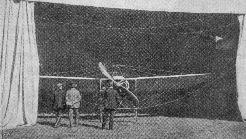 Chavez' Blériot im Hangar des Flugfeldes Ried-Brig.