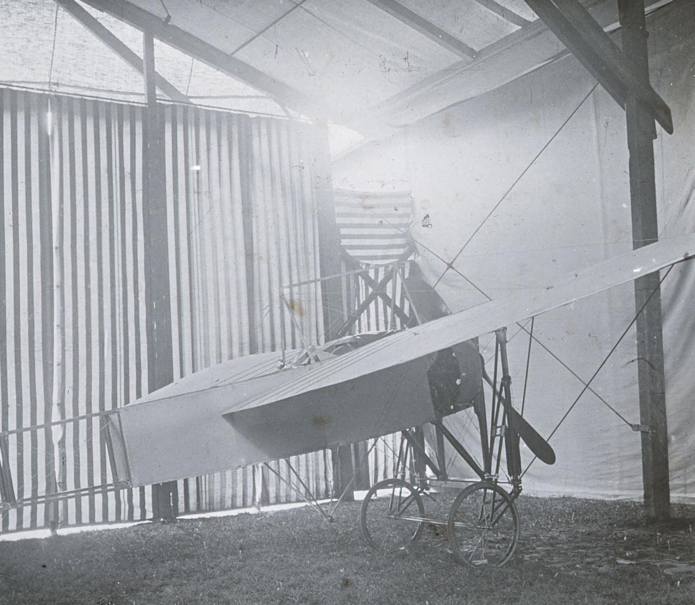 Chavez' Bleriot im Hangar in Ried-Brig