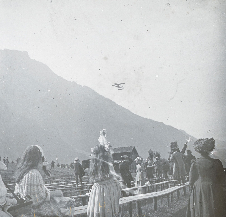 Schauflug des Genfers Emile Taddéoli im Doppeldecker «Dufaux 4».